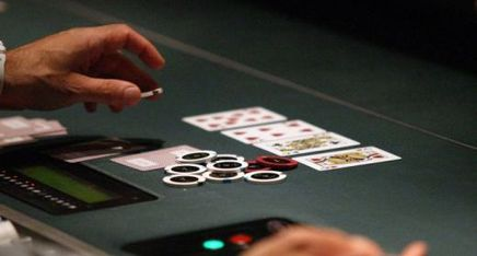 Featured_live_poker_dealer_feature