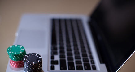 Featured_poker_chips_and_laptop_flickr